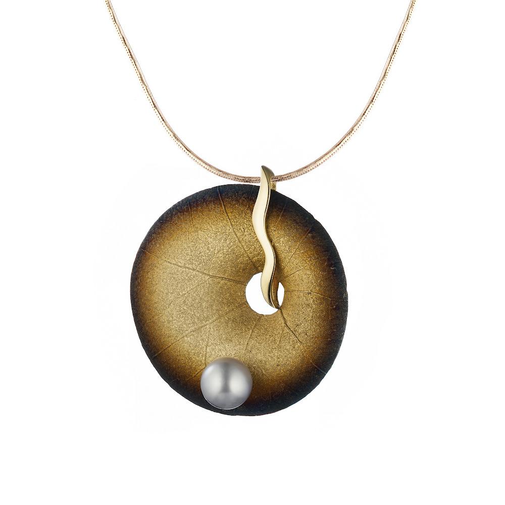 Круглая золотая подвеска покрытая эмалью в форме листа кувшинки с серой жемчужиной, Roberto Bravo • Roberto bravo